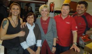 Auf seine Küchen-Crew kann sich Rothosenkoch Ferdl immer verlassen (cth)