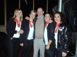 Erwin Reis inmitten des hübschen OK-Teams des Fussballballett`s: Carmen Thurnher, Annemarie Prirsch, Christine Gurschler und Eleni Ottis
